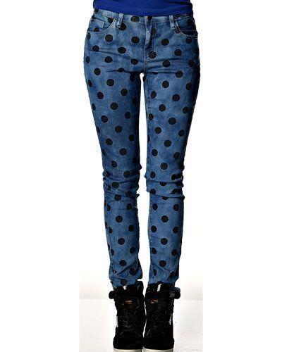 Till dam från Pieces, en blå blandade jeans.