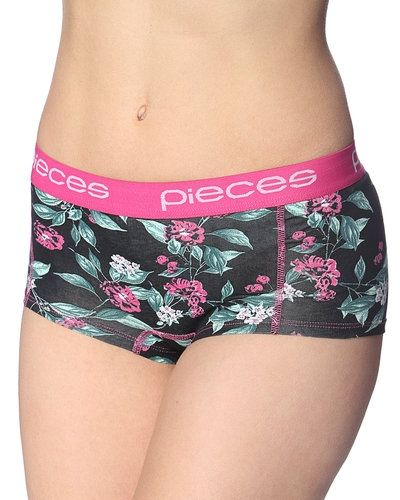 Pieces 'Logo Lady' hipster Pieces hotpants till tjejer.