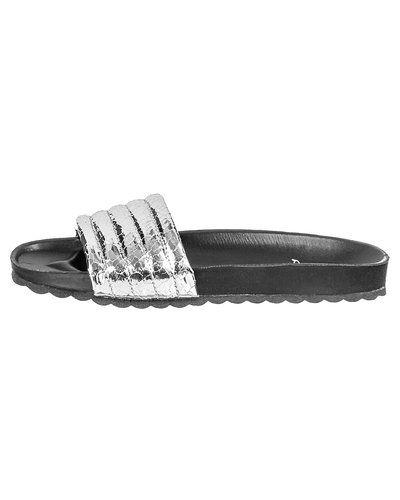 d4d5a39b624 Silver sandal från Pieces till dam.