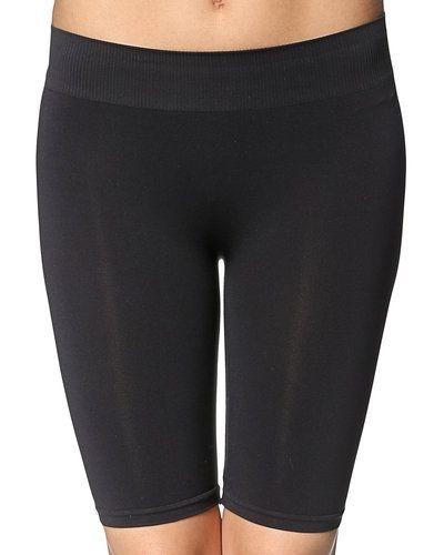 Till dam från Pieces, en svart shorts.