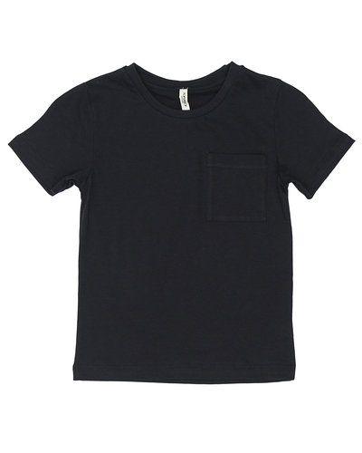 Till kille från Popupshop, en svart t-shirts.