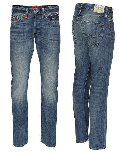 Till herr från Replay, en blå regular jeans.