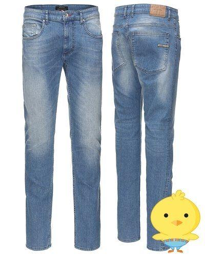 Till herr från RVLT/ Revolution, en blå slim fit jeans.