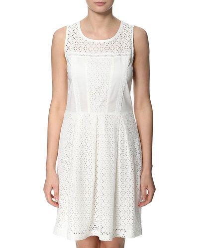 Till tjejer från Rosemunde, en vit studentklänning.