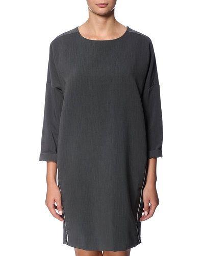 Till dam från RUE de FEMME, en grå miniklänning.