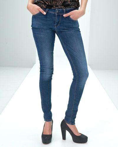 Till dam från Saint Tropez, en grå blandade jeans.