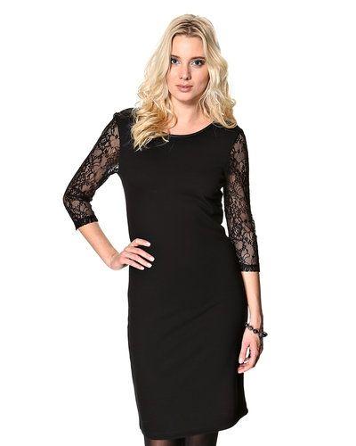 Till dam från Saint Tropez, en svart klänning.