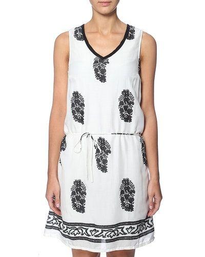Till tjejer från Saint Tropez, en vit studentklänning.
