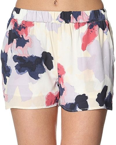 Second Female shorts till dam.