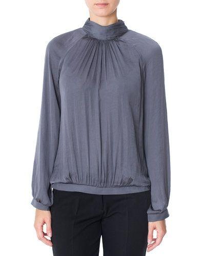 Till dam från Second Female, en grå blus.