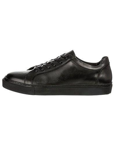 Till herr från Selected, en svart sneakers.