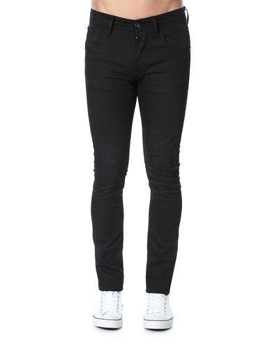 Till herr från Selected, en svart slim fit jeans.