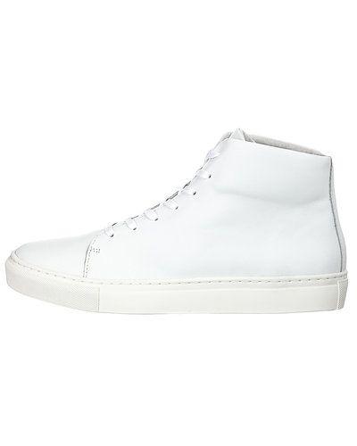 Till herr från Selected, en vit sneakers.