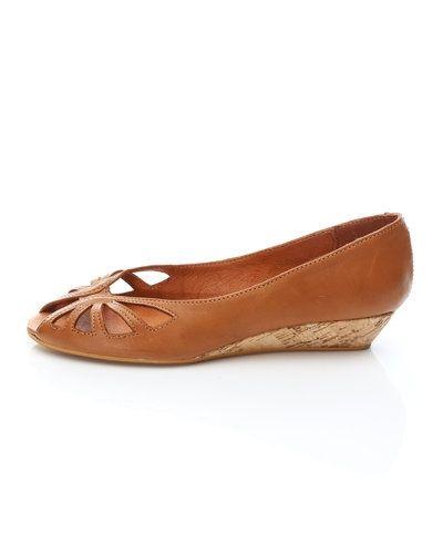 Till dam från Shoe Biz, en brun sandal.