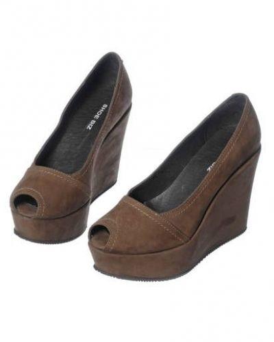 Till dam från Shoe Biz, en brun kilklack.