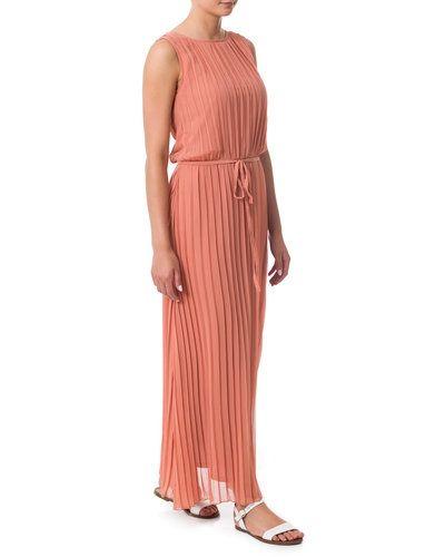 Till dam från Sisters Point, en rosa maxiklänning.