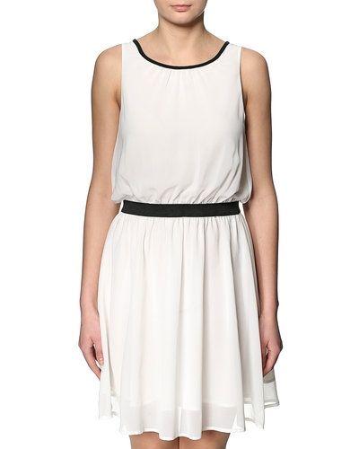 Till tjejer från Sparkz, en vit studentklänning.
