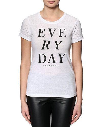 Till dam från Sparkz, en vit t-shirts.