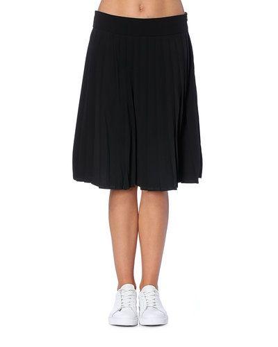 Till kvinna från STYLEPIT, en svart kjol.