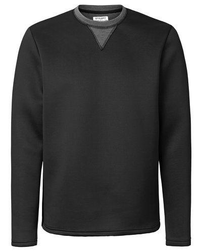 Till killar från STYLEPIT, en svart sweatshirts.