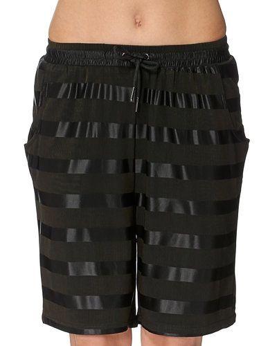 Till dam från STYLEPIT, en svart shorts.