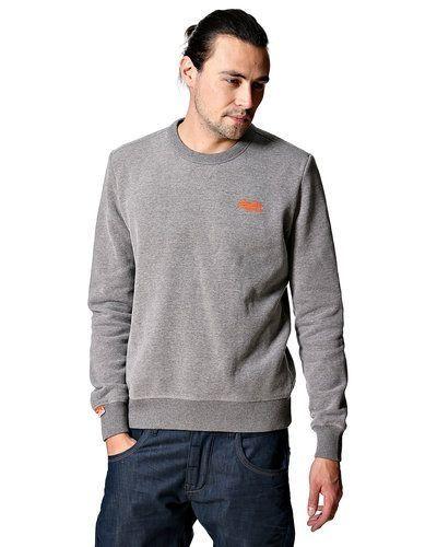 Till killar från Superdry, en grå sweatshirts.