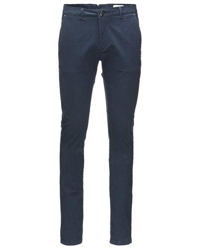 Till killar från Tailored Originals, en blå chinos.