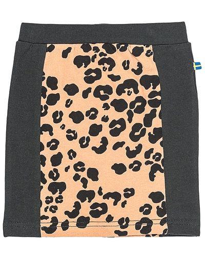 Till kvinna från The Brand, en svart kjol.
