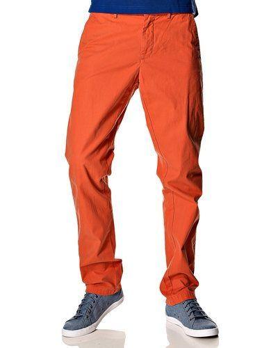 Orange chinos från Tommy Hilfiger till killar.