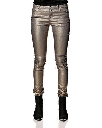 Till dam från Vero Moda, en guld jeans.