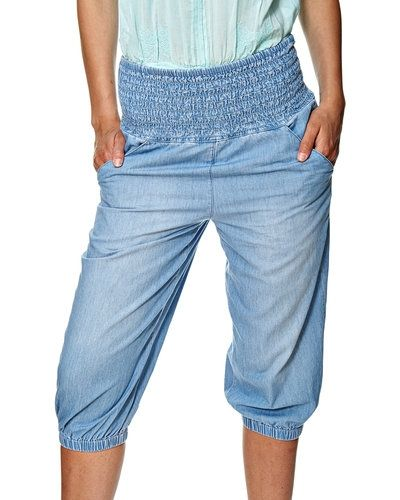 Till tjejer från Vero Moda, en blå jeansshorts.