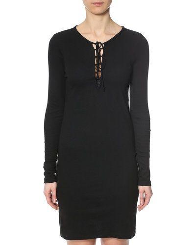 Till dam från VILA, en svart maxiklänning.