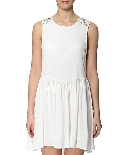 Till tjejer från VILA, en vit studentklänning.