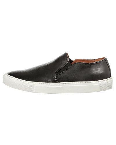 Till herr från Woden, en svart sneakers.