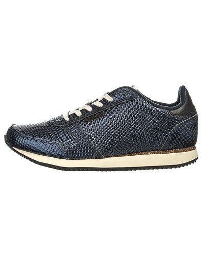 Till dam från Woden, en blå sneakers.