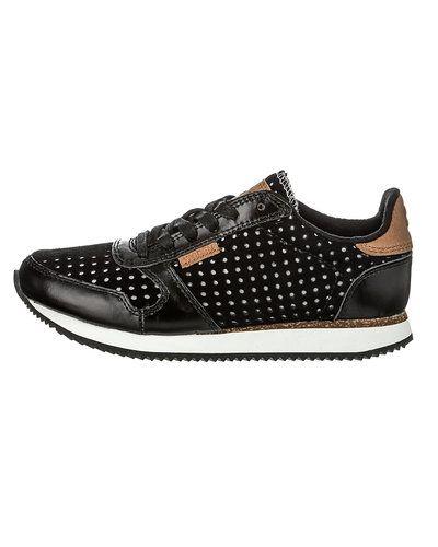 Till unisex/Ospec. från Woden, en svart sneakers.