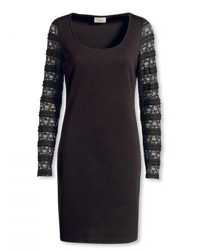 Till dam från Bonaparte, en svart jerseyklänning.