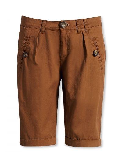Till dam från Bonaparte, en orange shorts.