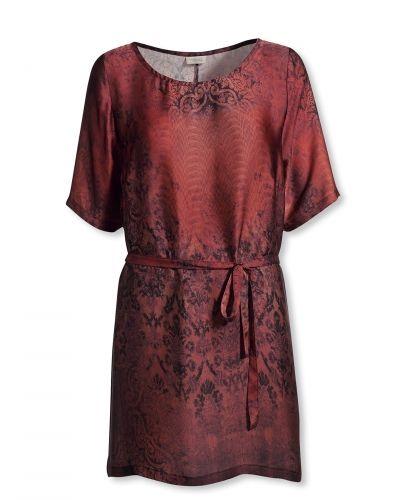 Till dam från Bonaparte, en röd tunika.