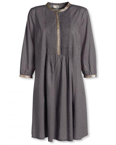 Till dam från Bonaparte, en grå tunika.