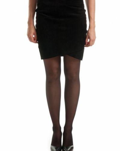 Till kvinna från Saint Tropez, en svart kjol.