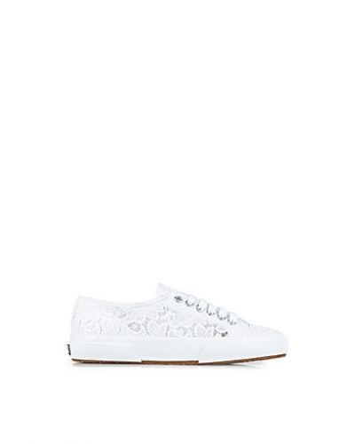 Vit sneakers från Superga