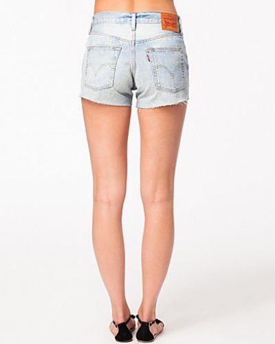 Till tjejer från Levis, en metallicfärgad jeansshorts.