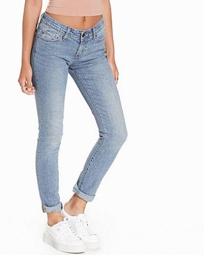 Till dam från Levis, en blå slim fit jeans.