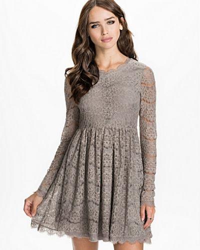 Grå långärmad klänning från NLY ICONS till dam.