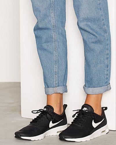 Till dam från Nike, en svart sneakers.