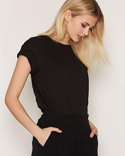 Till dam från Moss Copenhagen, en svart t-shirts.