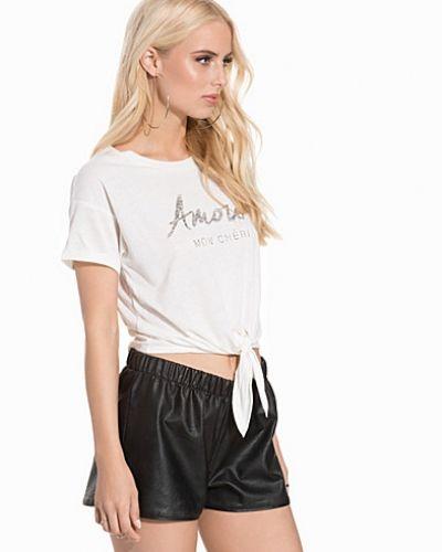 Till dam från New Look, en creamfärgad t-shirts.
