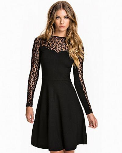 French Connection långärmad klänning till dam.