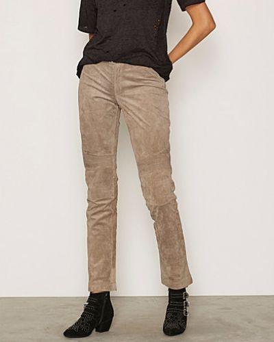 Till dam från Jofama, en naturfärgad shorts.